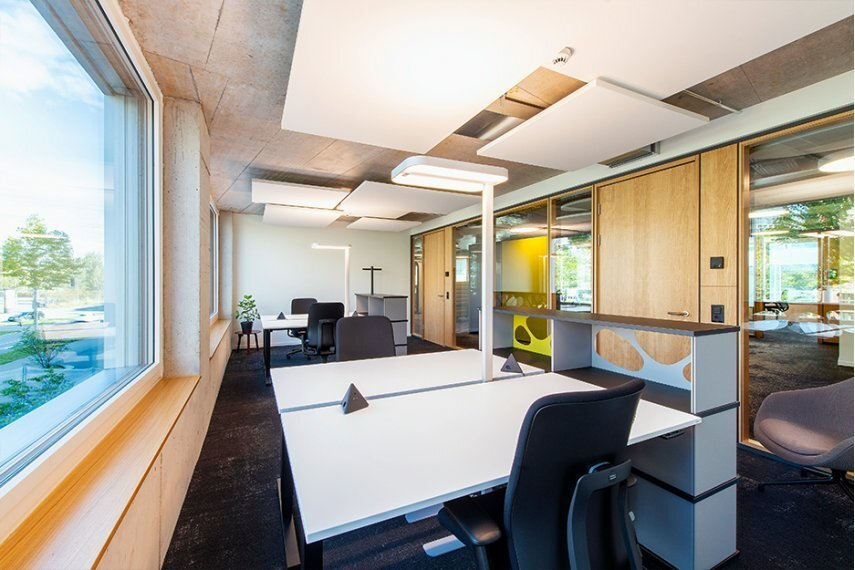 Office/project space with 8 workspaces