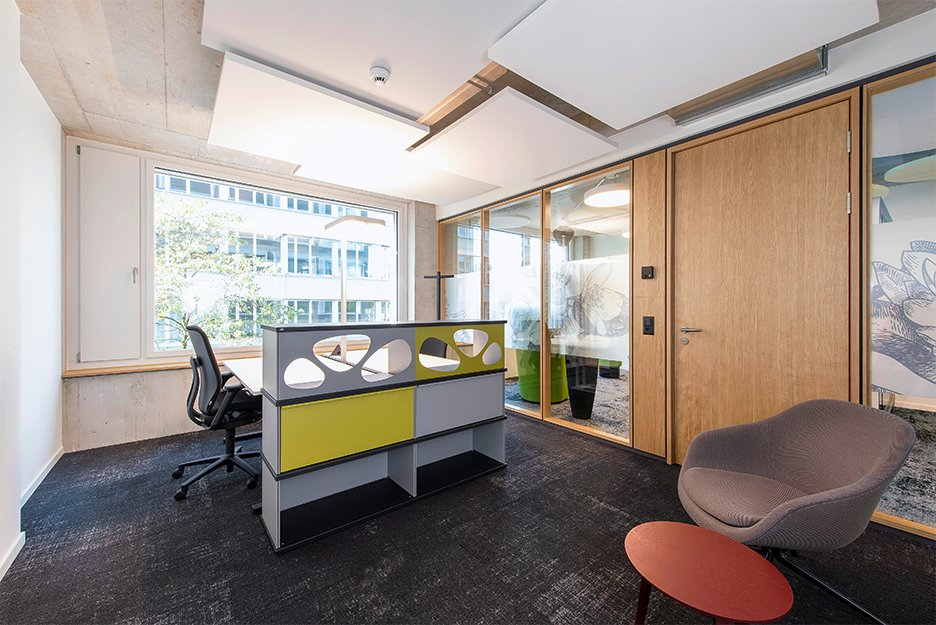 Office/project space with 9 workspaces
